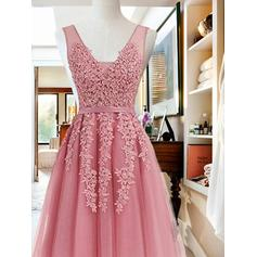 A-Line/Princess V-neck Knee-Length Homecoming Dresses With Sash Appliques Lace