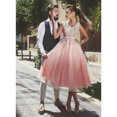 A-Line/Princess V-neck Knee-Length Tulle Cocktail Dresses With Sash Appliques Lace