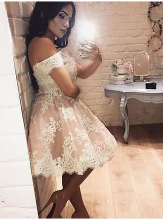 A-Line/Princess Off-the-Shoulder Knee-Length Lace Homecoming Dresses