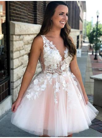 A-Line/Princess V-neck Short/Mini Homecoming Dresses With Appliques Lace